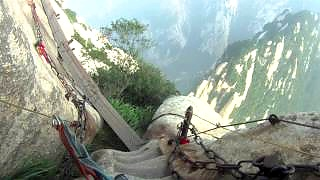 Video : China : The thrilling HuaShan 华山 `Plank Walk` - video