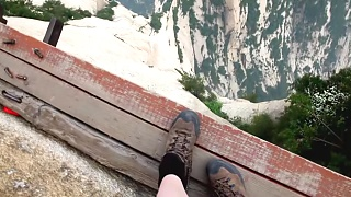 Video : China : The 'Plank Walk' at HuaShan 华山 mountain - video